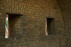 开枪在设防的砖墙的漏洞 免版税库存图片