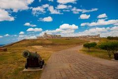 开枪在路入口到老堡垒 防御圣佩德罗火山de la Roca del Morro,圣地亚哥,古巴,城堡圣佩德罗火山de l 免版税库存图片