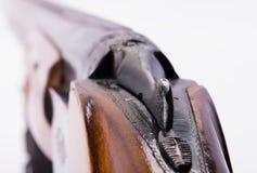 开枪在轻的背景,从靶垛的看法在视线内 图库摄影