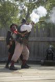 开枪的英国reenactor战士 免版税库存照片