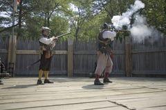 开枪的英国reenactor战士 免版税库存图片