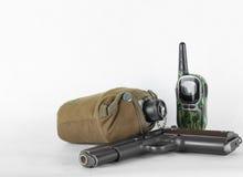 开枪,水军用餐具和收音机在白色背景 库存照片