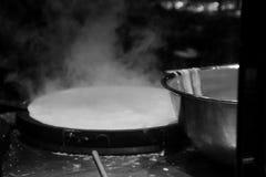 开水准备好烹调日本拉面面条在一家餐馆在温哥华加拿大 图库摄影