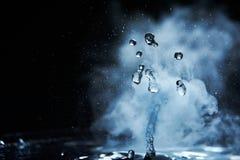 开水飞溅与蒸汽在黑背景特写镜头 库存图片