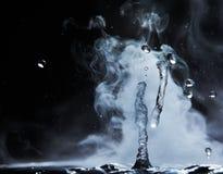 开水飞溅与蒸汽在黑背景特写镜头 库存照片