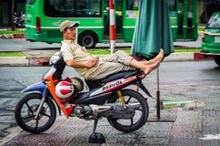 开汽车休息在胡志明市,越南的自行车车手 库存照片