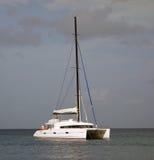 开汽车入海军部海湾, bequia风雨棚的筏  免版税库存照片