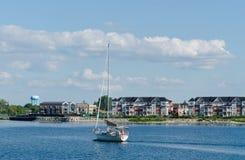 开汽车入Collingwood港口的风船 免版税库存图片