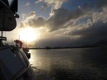 开汽车在日落的地中海小游艇船坞停泊的游艇 库存图片