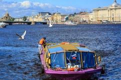 开汽车在河内娃的船在圣彼得堡,俄罗斯的历史中心 免版税库存照片