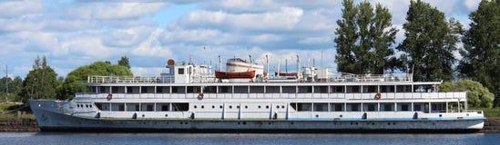 开汽车在海湾Salakka拉赫蒂,维堡的船Korolenko市 库存照片
