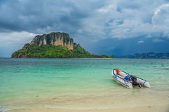 开汽车在海滩的船停车处与天空风暴 库存图片