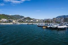 开汽车在萨莱诺港和小船靠码头的游艇  免版税库存照片