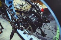 开汽车在轮子安装的电自行车,马达轮子,绿色技术,环境关心 免版税库存图片