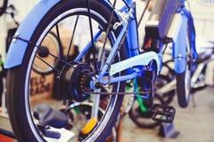 开汽车在轮子安装的电自行车,马达轮子,绿色技术,环境关心 库存照片