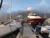 开汽车在黑山国家地中海小游艇船坞停泊的游艇  免版税库存图片