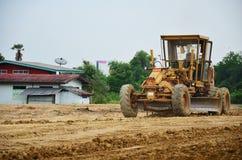开汽车工作在建造场所的等级机器和人 免版税库存照片