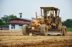 开汽车工作在建造场所的等级机器和人 免版税库存图片