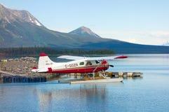 开汽车往起飞点的一个重被装载的海狸 免版税库存照片