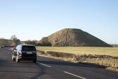 开汽车接近史前Silbury小山在威尔特郡英国 图库摄影
