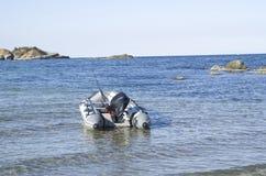 开汽车有钓具的橡胶可膨胀的小船在海湾 免版税库存照片
