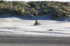 开汽车横穿在海滩阿默兰岛海岛,荷兰 库存照片