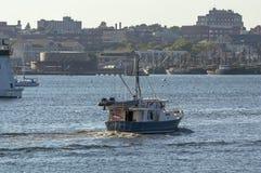 开汽车游艇与新贝德福德江边的埃米莉雍容backgroun的 图库摄影
