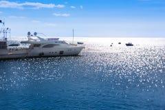 开汽车游艇在海的码头 库存图片