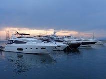 开汽车游艇在海码头,平衡天空 免版税库存照片