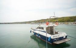 开汽车游艇在码头萨拉佛沃的码头在保加利亚语布尔加斯的 免版税图库摄影