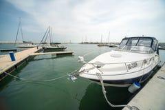 开汽车游艇在码头萨拉佛沃的码头在布尔加斯,保加利亚 库存图片