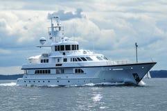 开汽车游艇离去的Shilshole海湾,西雅图, WA 库存图片
