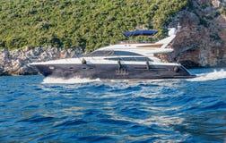 开汽车游艇进行中在亚得里亚海,黑山 库存图片