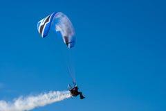 开汽车的滑翔伞 图库摄影