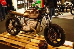 开汽车自行车商展,摩托车BMW咖啡馆竟赛者 库存图片