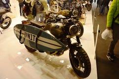开汽车自行车商展,摩托车BMW有海浪的咖啡馆竟赛者 免版税库存图片