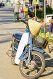 开汽车自行车在街道水果和蔬菜市场上 库存照片