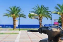 开汽车自行车镜象反射有模糊的海背景 免版税库存图片