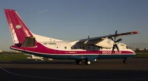 开汽车西奇航空公司运行在跑道的安-140航空器 免版税库存图片