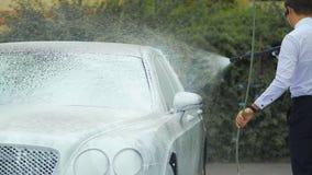 开汽车运送有suds的洗涤的豪华汽车,负责任的工作,事务 股票录像