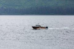 开汽车通过阿拉斯加的渔船 库存照片