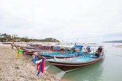 开汽车长尾巴小船停车处在发埃发埃海滩普吉岛 库存照片