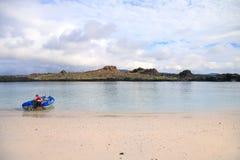 开汽车从海滩的充气救生艇中国帽子海岛,加拉帕戈斯 库存图片