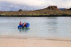开汽车从海滩的充气救生艇中国帽子海岛,加拉帕戈斯 免版税库存图片