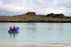 开汽车从海滩的充气救生艇中国帽子海岛,加拉帕戈斯 库存照片