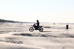 开汽车crosser在海滩阿默兰岛海岛,荷兰 免版税图库摄影