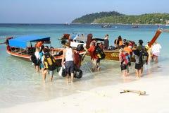 离开泰国海岛的游人 库存照片
