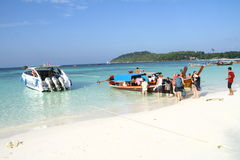 离开泰国海岛的游人 免版税库存图片