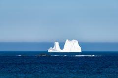 离开海岸的Ferryland纽芬兰冰山 免版税图库摄影