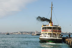 离开港口的客船 免版税库存图片